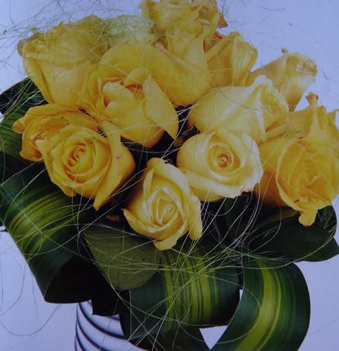 Un bello arreglo con rosas amarillas