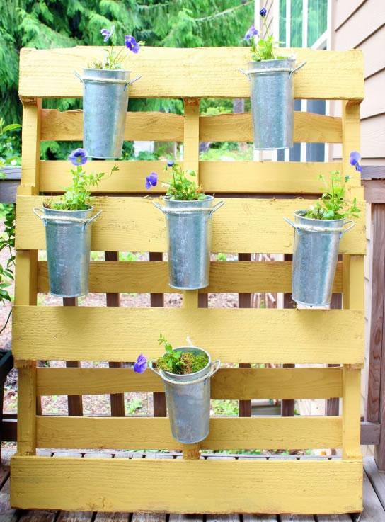 Hogar y jardin como hacer un jard n vertical con un palet - Jardin vertical con palets ...