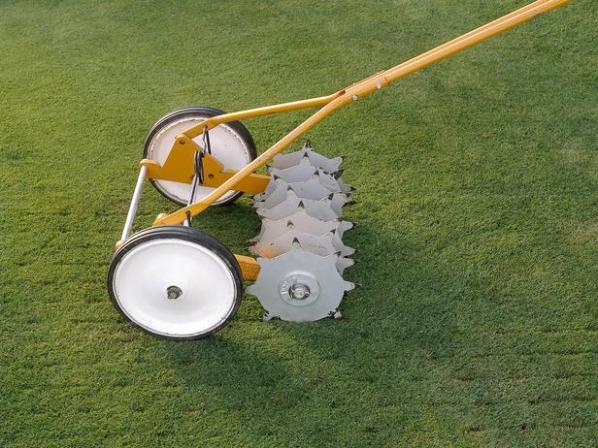 cinco herramientas para airear el suelo del césped