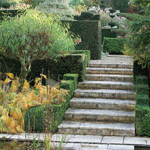 Escaleras en el jard n for Escalera de jardin de madera