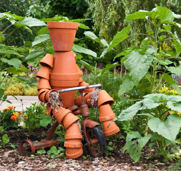 Crea una escultura con macetas para tu jard n for Macetas para jardin