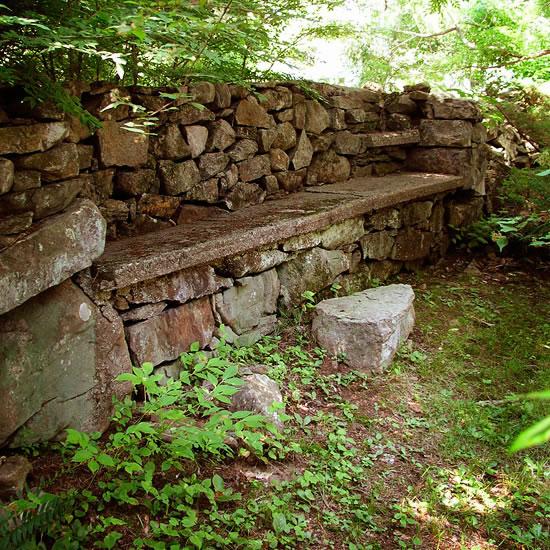 Paredes de piedra seca en el jard n for Banco de piedra para jardin