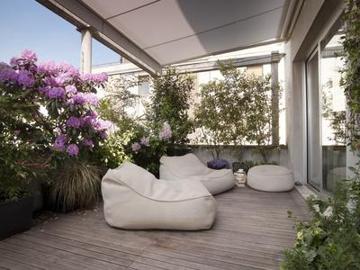 grande terrazzo con moderne poltrone e fiori