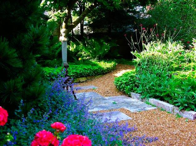 8 ideas de caminos para el jard n for Como evitar que salga hierba en el jardin