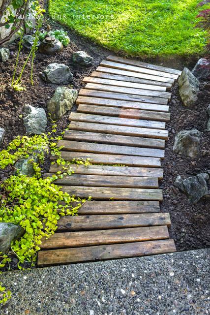 como-hacer-un-camino-para-el-jardin-con-palets-03