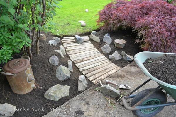 C mo hacer un camino para el jard n con palets for Camino de piedras para jardin