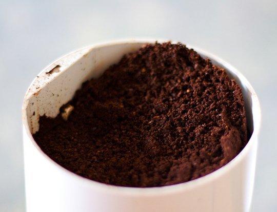 10-usos-de-los-posos-de-cafe-en-el-jardin-04