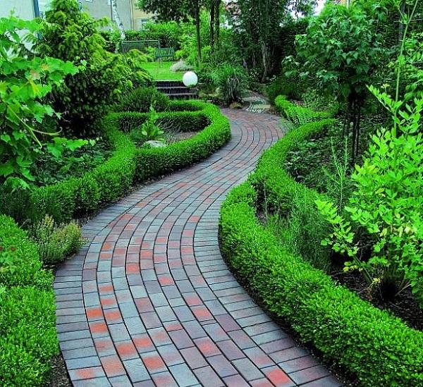 8 ideas de senderos con ladrillos para el jardín