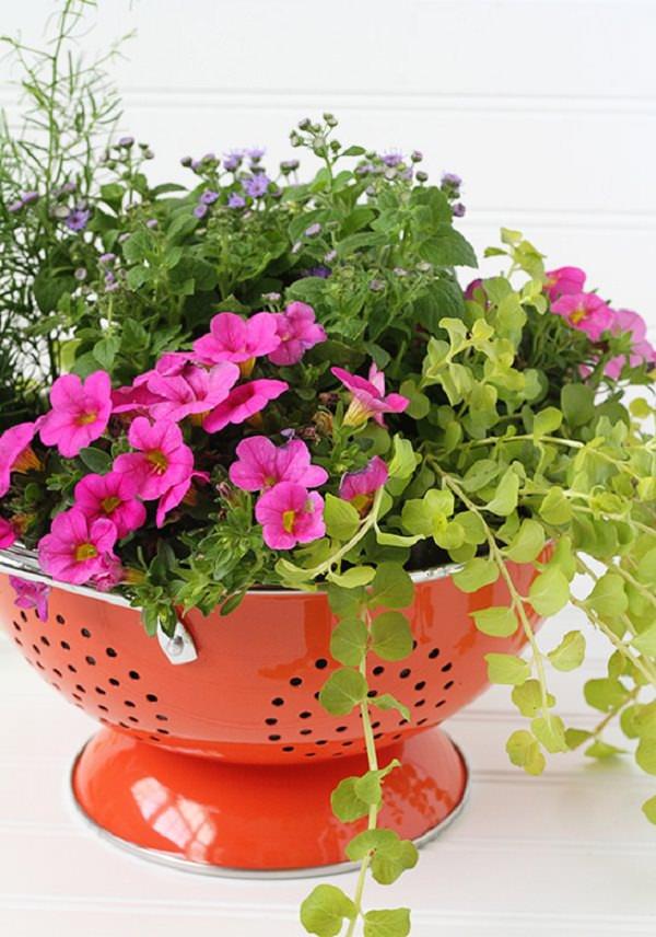 Recicla utensilios de cocina para decorar tu jardín
