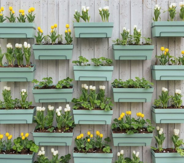 12 ideas para decorar con macetas de flores gu a de for Decoracion de patios con macetas